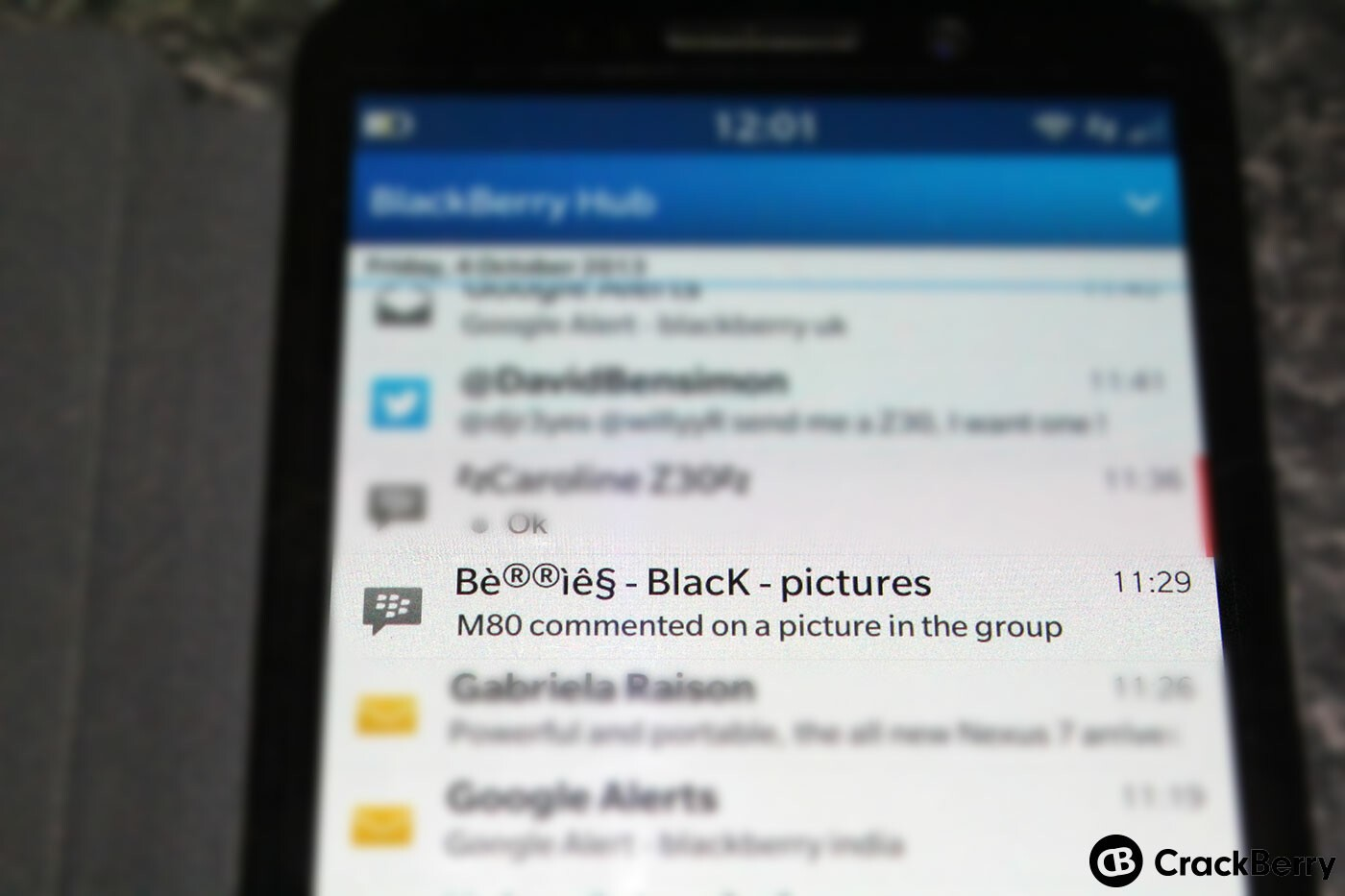 How to turn off BBM Group picture notifications from the Hub on the BlackBerry Z30