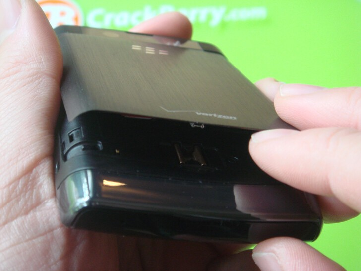 BlackBerry Storm2 hosts yet another new battery hinge design.
