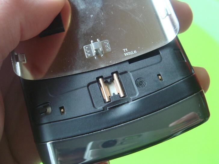 BlackBerry Storm2's battery door clasp