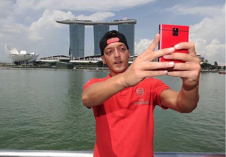 Mesut-Ozil-red Passport