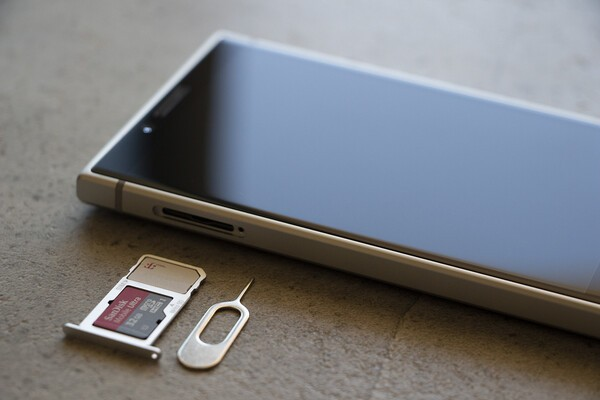 Switch Sd Karte Einlegen.How To Install Your Sim And Sd Card On The Blackberry Key2