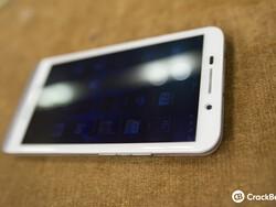 Hands-on the white BlackBerry Z30!