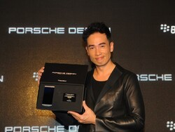 Hong Kong launch the BlackBerry P'9982 in style