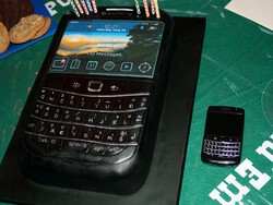CrackBerry member nez celebrates his birthday with a BlackBerry Bold 9780...cake!