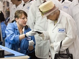 Queen Elizabeth gets a Tour of RIM and a white BlackBerry Bold 9700