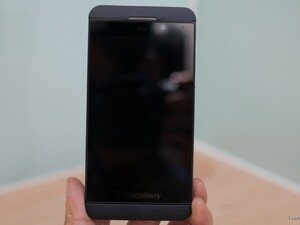 BlackBerry 10 L-Series gets a hands-on video run through, compared to the Dev Alpha B