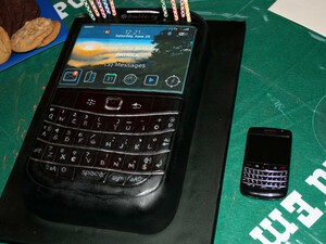 CrackBerry member nez celebrates his birthday with a BlackBerry Bold 9780...cake!