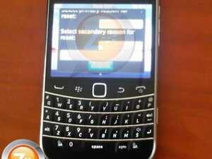 More pics of the BlackBerry Bold Touch 9900 appear online!