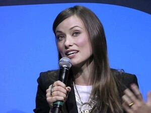 BlackBerry Pros at CES 2011: Lara Spencer interviews Olivia Wilde (Tron Legacy)