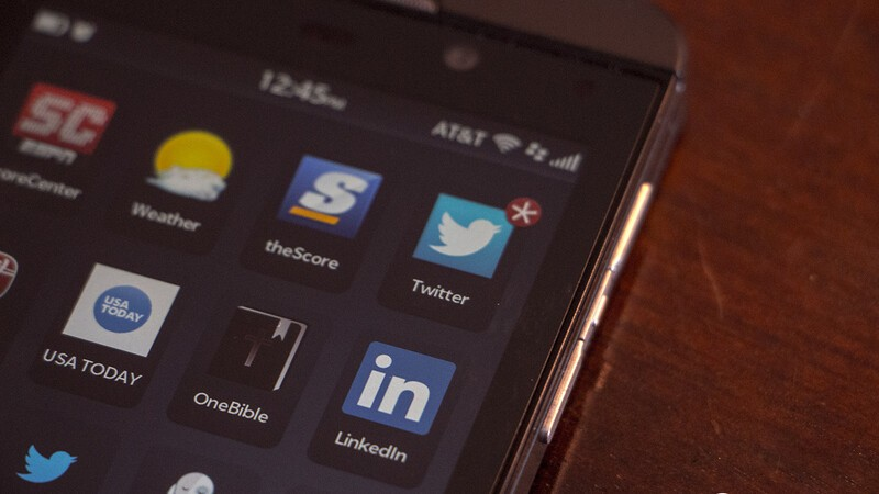 Twitter and LinkedIn apps for BlackBerry 10 updated